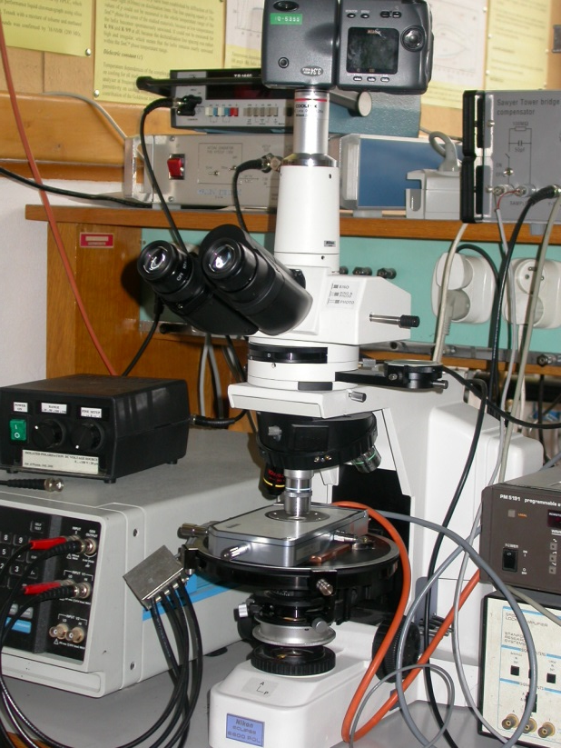 Polarizing optical microscope